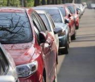 Autos am Straßenrand Lizenzfreies Stockfoto