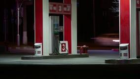 Autos tanken Benzin an einer Tankstelle am Nachtzeitversehen wieder Tankstelle bei Sonnenuntergang TreibstoffTankstellestation an stock video footage