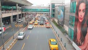 Autos, Taxi, das am Straßenquadrat nahe Ankunftsplatz an Ataturk-Flughafen fährt Hohe Winkelsicht von der Parkbrücke stock footage