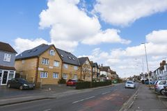 Autos und Häuser auf Pinkwell-Weg in Hayes Town Stockfotografie
