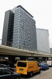 Autos und hohe Gebäude, in Bukarest, Rumänien Stockfotografie