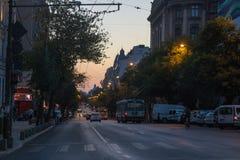 Autos und Leute bei Sonnenuntergang lizenzfreie stockbilder