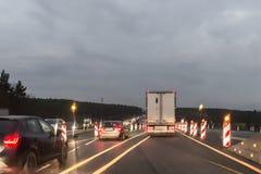 Autos und LKW am Autobahn mit Straßenarbeiten, Deutschland Stockbilder