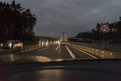 Autos und LKW am Autobahn mit Straßenarbeiten, Deutschland Stockfotografie