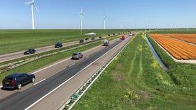 Autos und LKWs, die auf niederländische Landstraße A6 überschreiten stock video footage