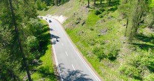 Autos und moto bewegen sich an der Straßenbrückestraße in den Bergen über Taldorfmorgen Luft-4k Fliege über Verkehr vorbei stock video footage