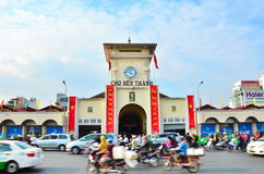 Autos und Motorräder hetzen um den zentralen Markt Saigon, der am Ort als Ben Thanh bekannt ist Lizenzfreie Stockfotos