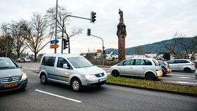 Autos und Statue des Kaisers Constantine eine Krone halten Lizenzfreie Stockfotografie