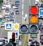 Autos und Verkehrsschilder auf der Straßennahaufnahme Stockfotografie