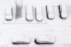 Autos unter dem Schnee Stockfotos