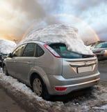 Autos unter der Schneeschutzkappe Stockfoto