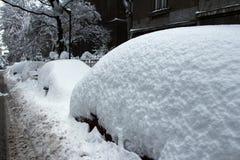 Autos unter Schnee Stockfoto