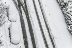Autos unter Schnee auf einem Parkplatz in der Straße während Winter sno Stockbilder