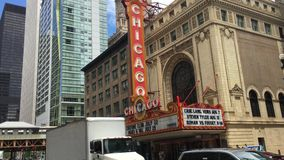 Autos vor dem historischen Chicago-Theater stock video