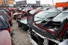 Autos vor dem Schrott lizenzfreie stockfotografie