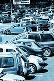 Autos vor einem Einkaufszentrum Stockbild