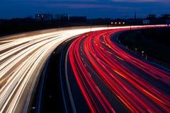 Autos waren in der Nacht auf einer Datenbahn Lizenzfreie Stockfotografie