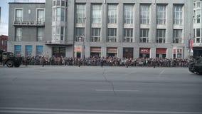 Autos werden durch Artilleriegewehre auf der Parade am 9. Mai transportiert stock video