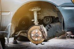 AutoScheibenbremse, montieren ab und bauen das Rad, reparieren Konzept zusammen Lizenzfreies Stockbild