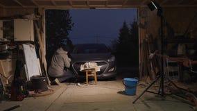 Autoscheinwerfer, der im Garage timelapse Video poliert stock video