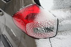 Autoscheinwerfer im Schnee im Winter lizenzfreies stockfoto