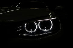 Autoscheinwerfer mit Hintergrundbeleuchtung auf Schwarzem Lizenzfreies Stockfoto