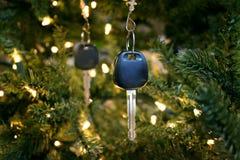 Autoschlüssel als Verzierungen auf einem Weihnachtsbaum stockfotografie