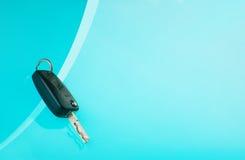 Autoschlüssel auf blauem Hintergrund Stockfotografie