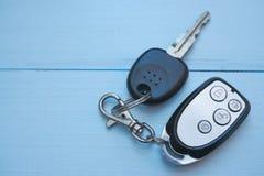 Autoschlüssel auf blauem Schreibtisch Lizenzfreie Stockbilder