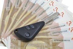 Autoschlüssel auf 50-Euro - Schein-Hintergrund Lizenzfreies Stockbild
