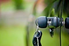 Autoschlüssel in einem Verschluss Stockfotografie