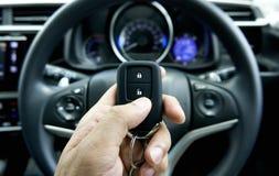 Autoschlüssel an Hand innerhalb des Autos stockfotos