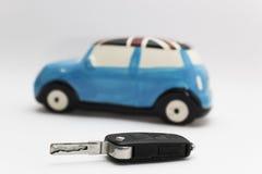 Autoschlüssel mit defocussed Auto im Hintergrund Lizenzfreie Stockbilder