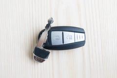 Autoschlüssel mit Fernbedienung auf dem Bretterboden stockbilder