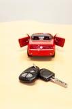 Autoschlüssel mit Schattenbild eines konvertierbaren cabriole Lizenzfreie Stockfotos