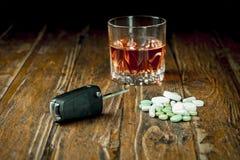 Autoschlüssel, -pillen und -alkohol Lizenzfreies Stockbild