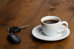 Autoschlüssel und Kaffeetasse Lizenzfreie Stockfotografie