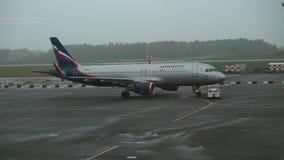 Autoschleppseilbewegungen Aeroflot-Flugzeug am Flughafen Khrabrovo stock video footage