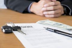 Autoschlüssel, Geld, zum für Autoversicherung zu zahlen Lizenzfreie Stockfotos