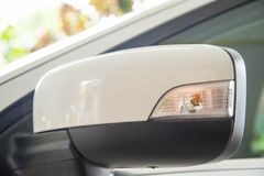 Autoseitenspiegel mit Drehenlichtern lizenzfreies stockbild