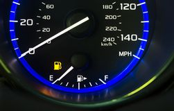 Autoselbstarmaturenbrett-Gastankanzeige, die leeren Kraftstofftank der Vertretung aus Gas heraus anzeigt lizenzfreies stockfoto