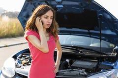 Autoservice caling de la mujer debido a problema del coche Fotografía de archivo