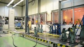 Autoshell bij laboratorium voor nauwkeurige meting stock video