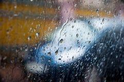Autosilhouet op een regenachtige dag door regenachtig venster Stock Foto's