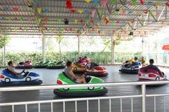 Autoskooters im Park Stockfotografie
