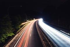 Autoslepen op een nachtweg Royalty-vrije Stock Foto