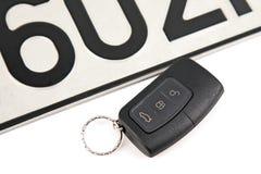 Autosleutel en registratieplaat met afstandsbediening Royalty-vrije Stock Foto's