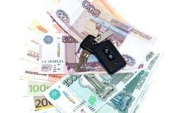Autosleutels en geld op witte achtergrond worden geïsoleerd die royalty-vrije stock afbeelding
