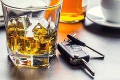 Autosleutels en glas van alcohol op lijst royalty-vrije stock foto