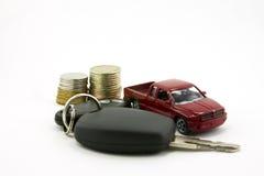Autosleutels en stuk speelgoed auto en geld royalty-vrije stock afbeeldingen